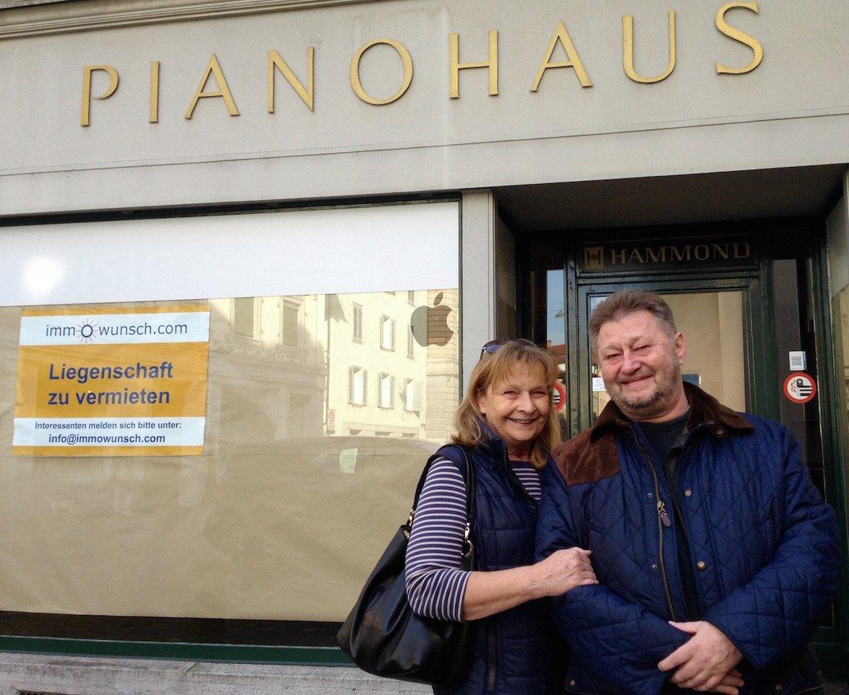 Ruth und Wolfgang Röllin vor dem Musikgeschäft, das sie während fast 40 Jahren geführt haben.