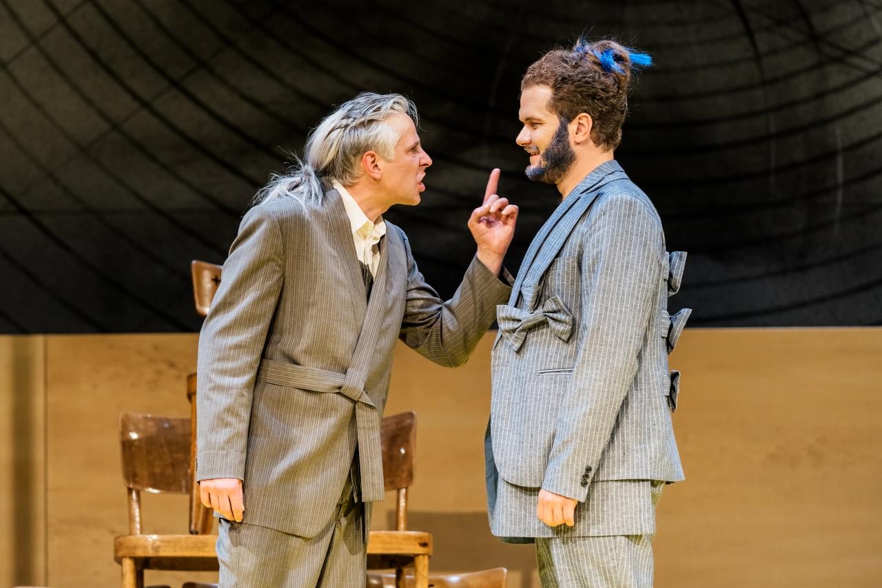 Alceste im Streit mit seinem Freund Philinte. (Bild: Luzerner Theater)