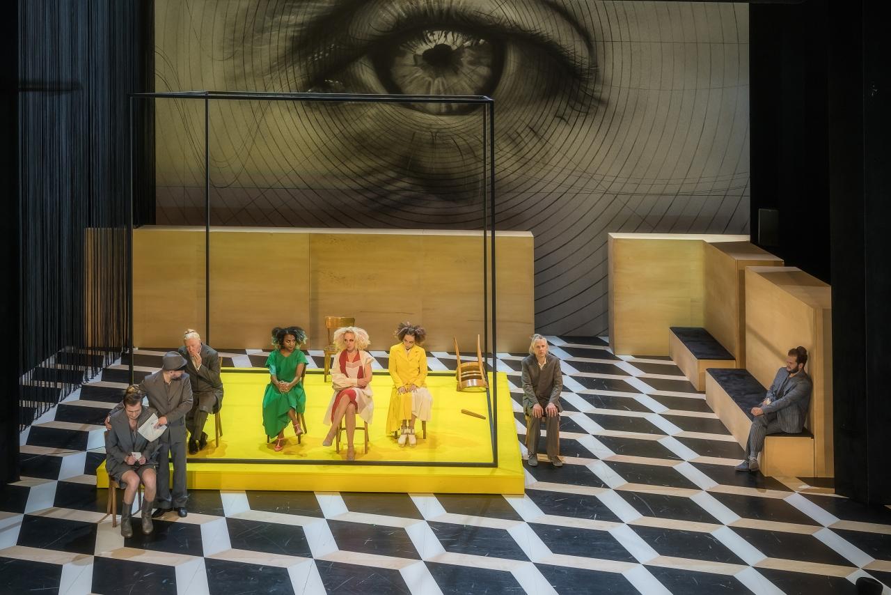 Das Bühnenbild, dominiert vom Auge und dem gelben Podest. (Bild: Luzerner Theater)
