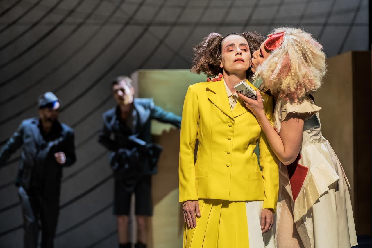 Wiebke Kayser als Arsinoé in einem wenig angenehmen Gespräch mit Célimène (Stefanie Rösner). (Bild: Luzerner Theater)