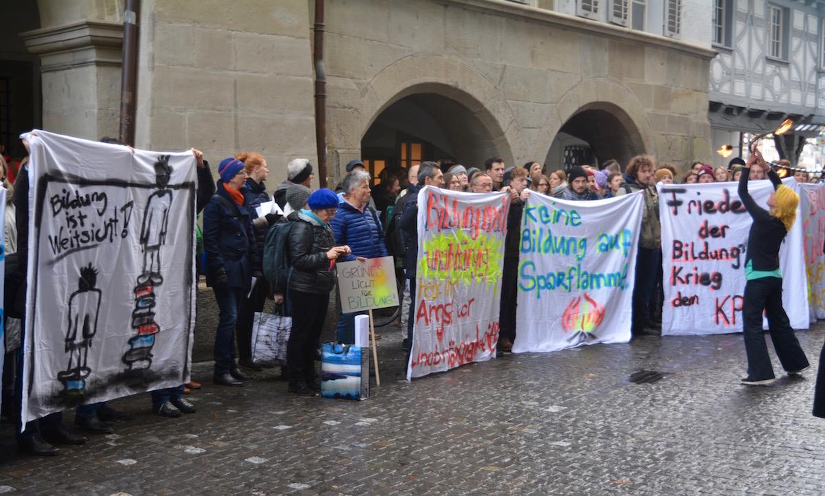 Mit Plakaten machten die Demonstrierenden auf ihre Anliegen aufmerksam.