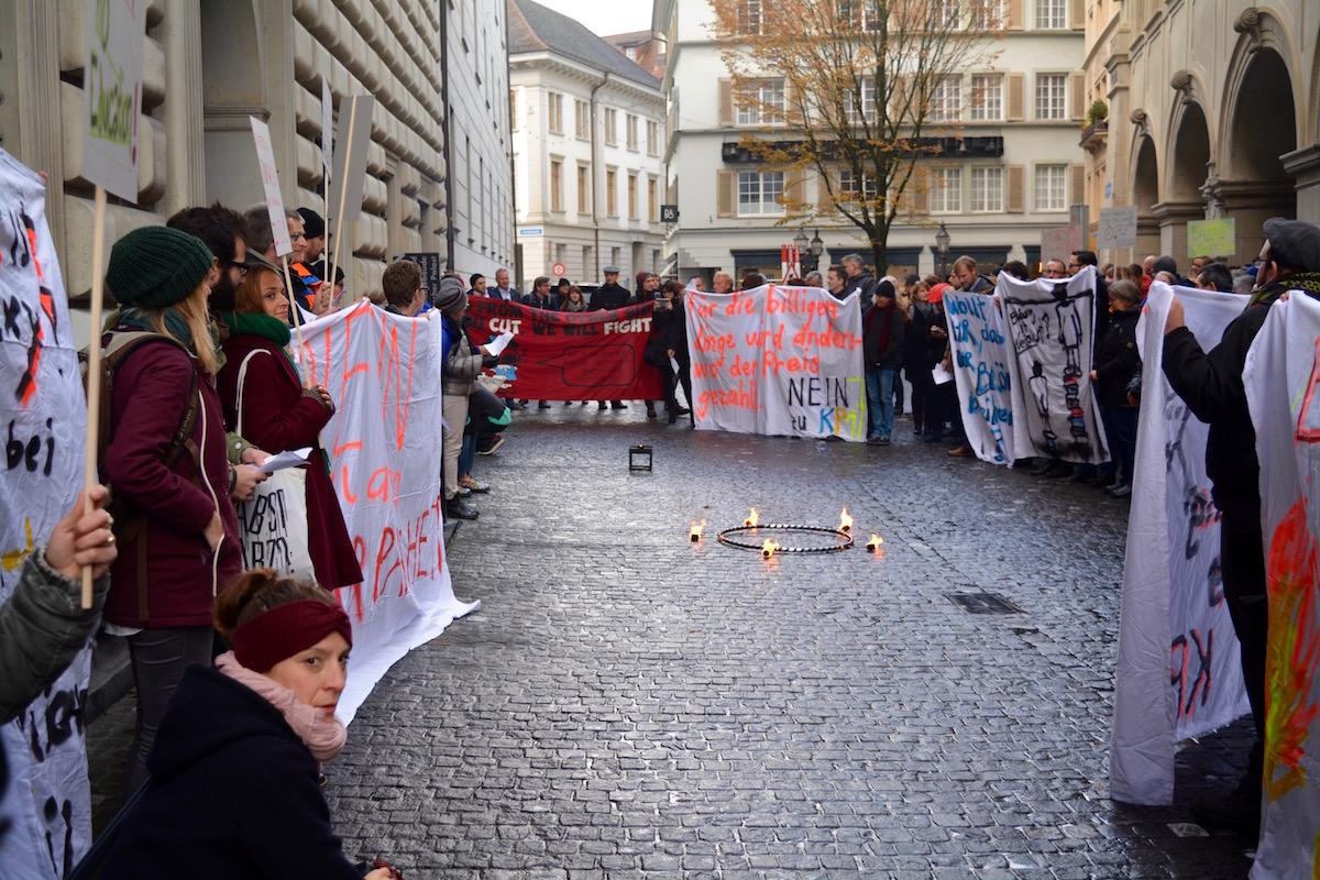 Rund 150 Menschen demonstrierten vor dem Regierungsgebäude.