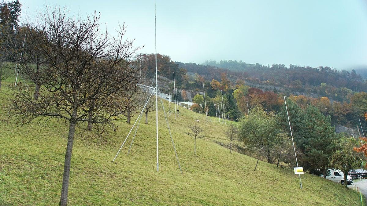 Der Hang «Huseboden»: Die Profile zeigen, wo elf Villen als Teil der Panorama Residenz Vitznau zu stehen kommen. (Bild: Robert Müller)