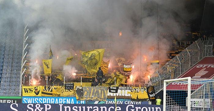 Auch die YB-Fans «heizten» mittels (verbotener) Pyro ihrer Mannschaft ein (Bild: Dominik Stegemann).