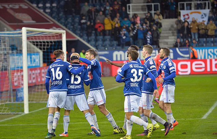 FCL-Spieler herzen Topscorer Marco Schneuwly nach seinem Ausgleichstreffer zum 2:2 gegen YB in der 92. Minute (Bild: Dominik Stegemann).