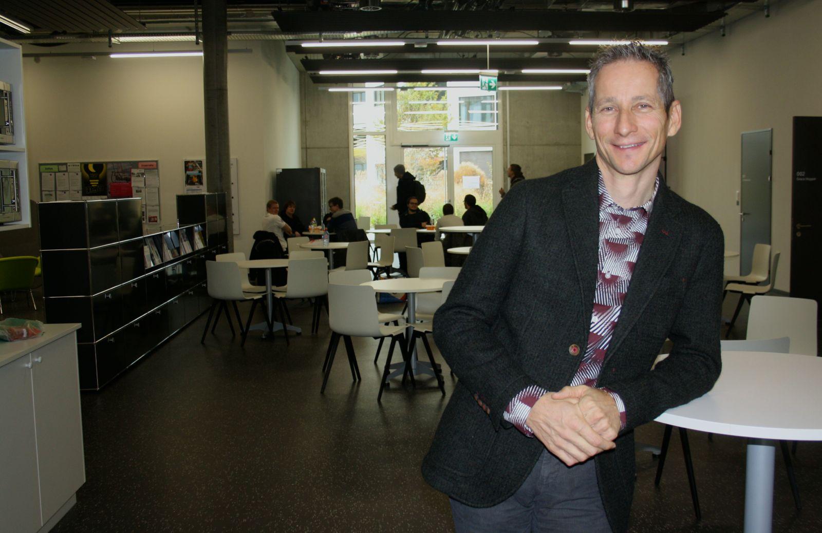 René Hüsler, der Direktor des Departements Informatik der Hochschule Luzern. Hüsler betont den Nutzen der neuen Vorlesungszeiten für die Studierenden. Sie fänden einen Sitzplatz in Zug und hätten mehr Ruhe, was sich positiv aufs Lernen auswirke.