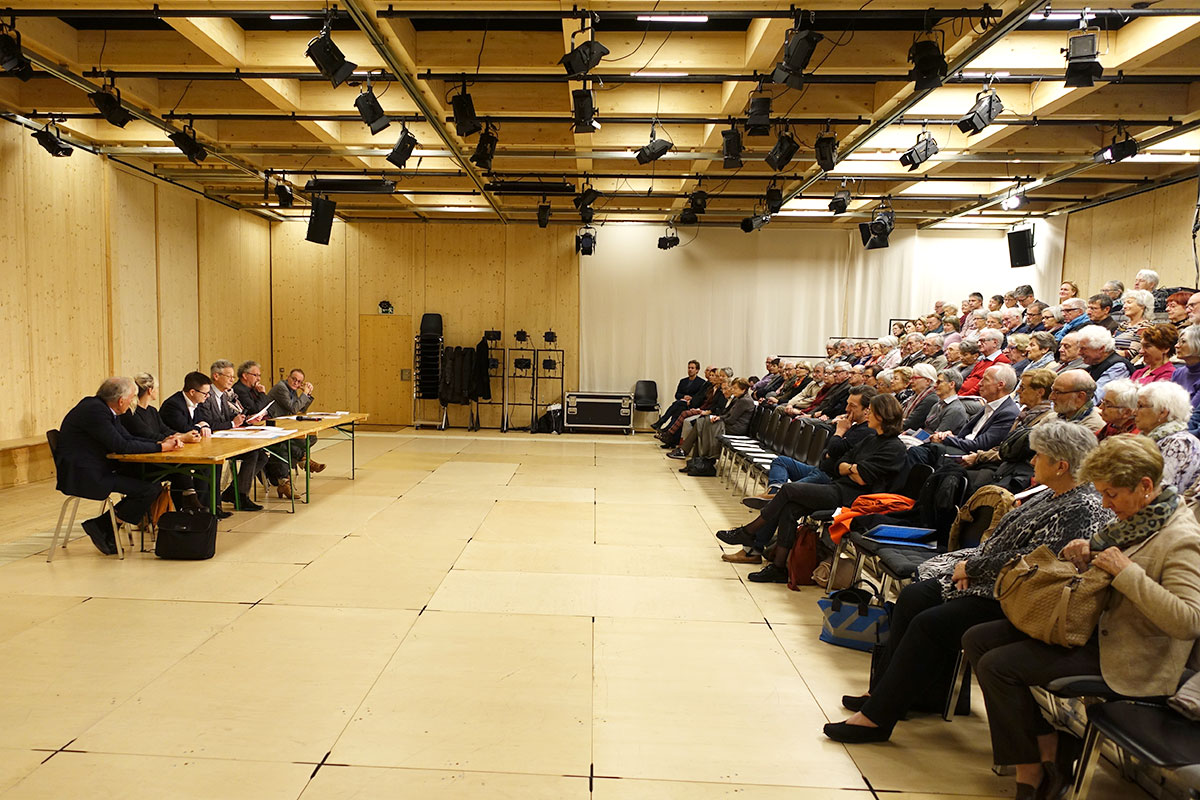 Der Vorstand vor vollen Rängen in der Box des Luzerner Theaters. (Bild: jwy)
