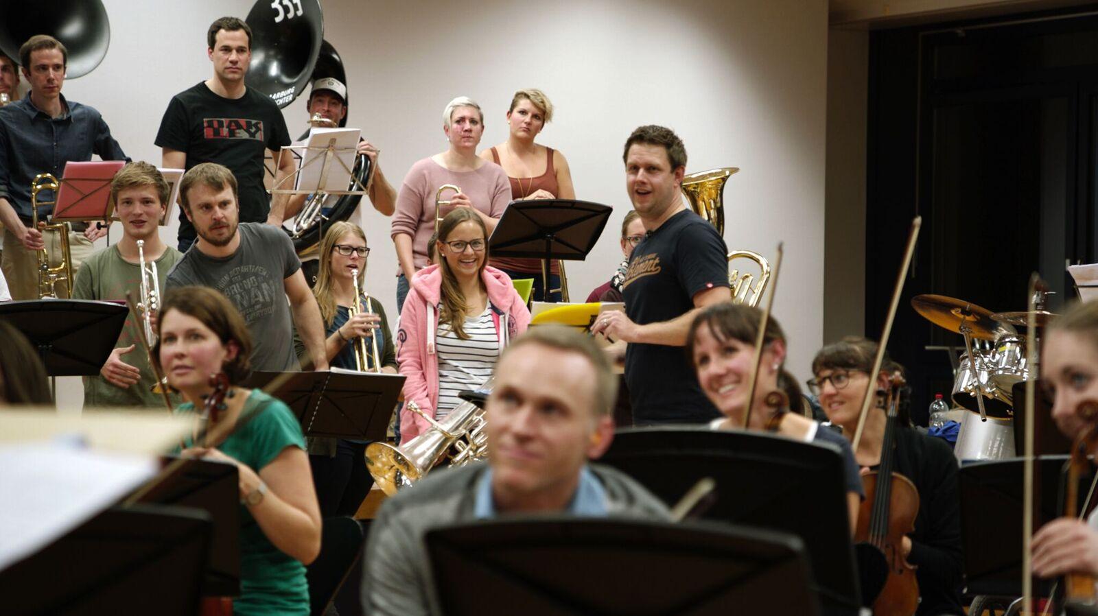 Wie passt das jetzt zusammen? Guggenmusiker und Orchester im Kulturclash.