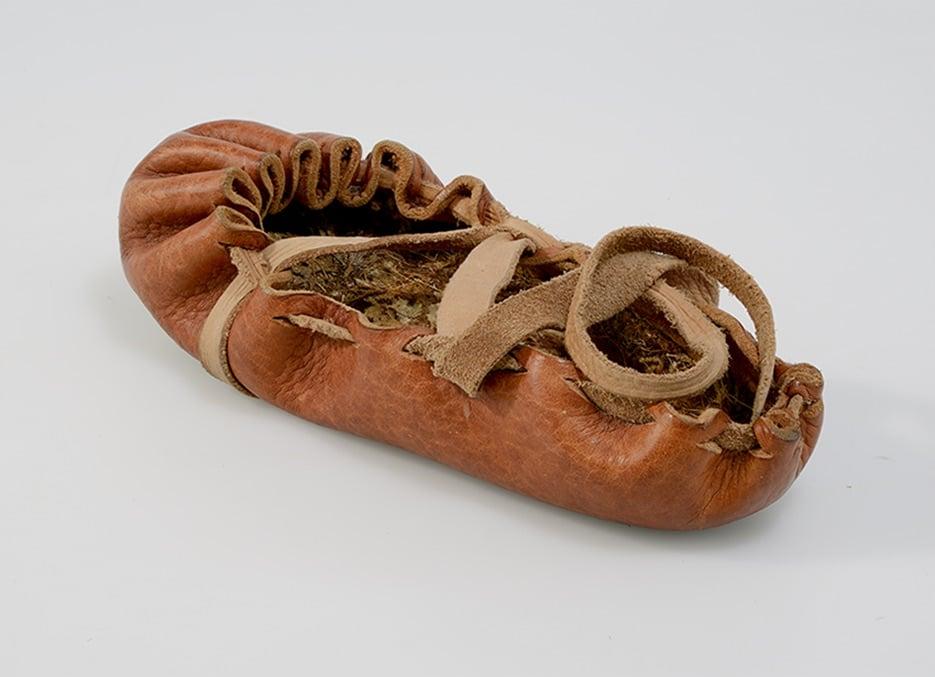 Lederner Bundschuh nach einem Originalfund aus Buinerveen NL (Bronzezeit) mit Einlegesohle aus Moos nach einem Fund aus Zug-Schützenmatt (Jungsteinzeit).