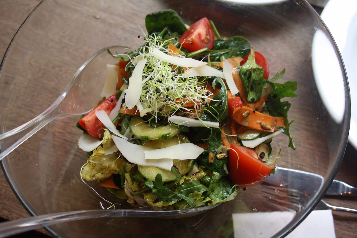 Reichhaltiger Salat mit viel Grünfutter und buntem Gemüse.