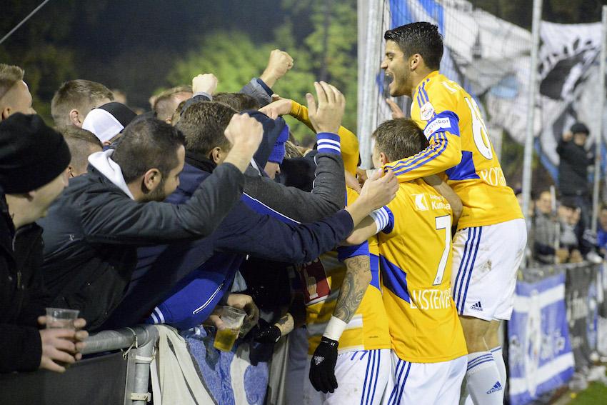 27. Oktober 2016: FCL-Spieler lassen sich nach dem Sieg im Cupspiel gegen Köniz von den Fans feiern.