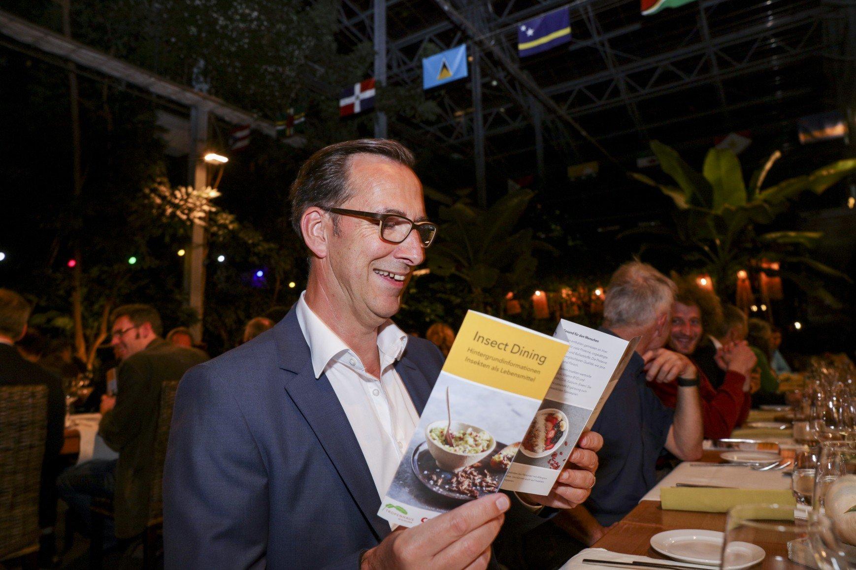 Roland Frefel, Mitveranstalter des Abends, schaut sich die pikante Menükarte an.