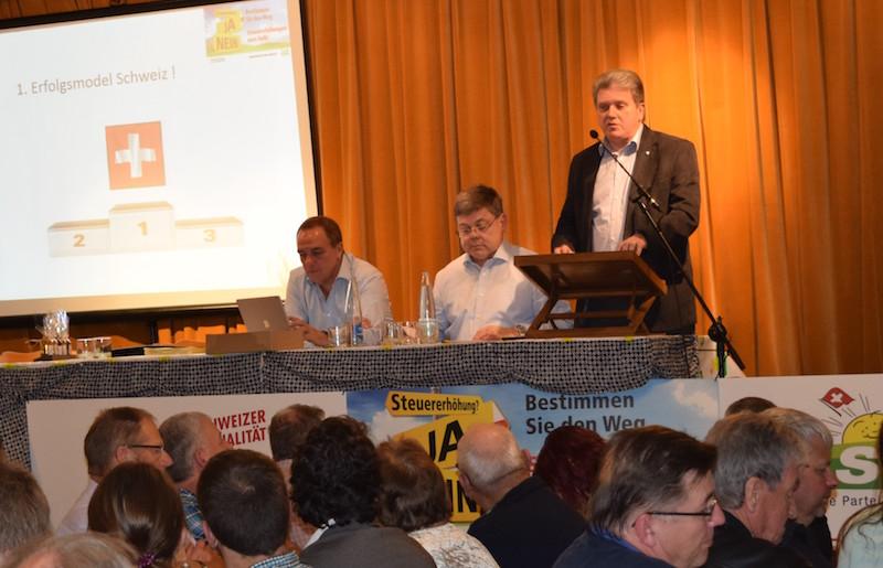 An der Delegiertenversammlung der SVP Luzern stellt Guido Müller die Argumente für die Initiative vor. In der Mitte sitzt SVP-Präsident und Nationalrat Franz Grüter, links der Sekretär der SVP Luzern Richard Koller.