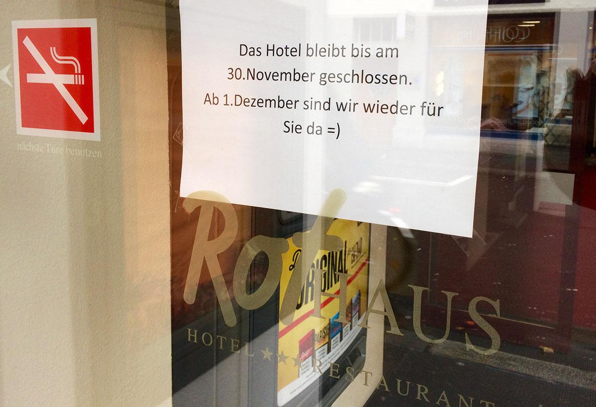 Ab 1. Dezember ist das Rothaus wieder offen, wie ein Zettel an der Tür informiert. (Bild: jwy)