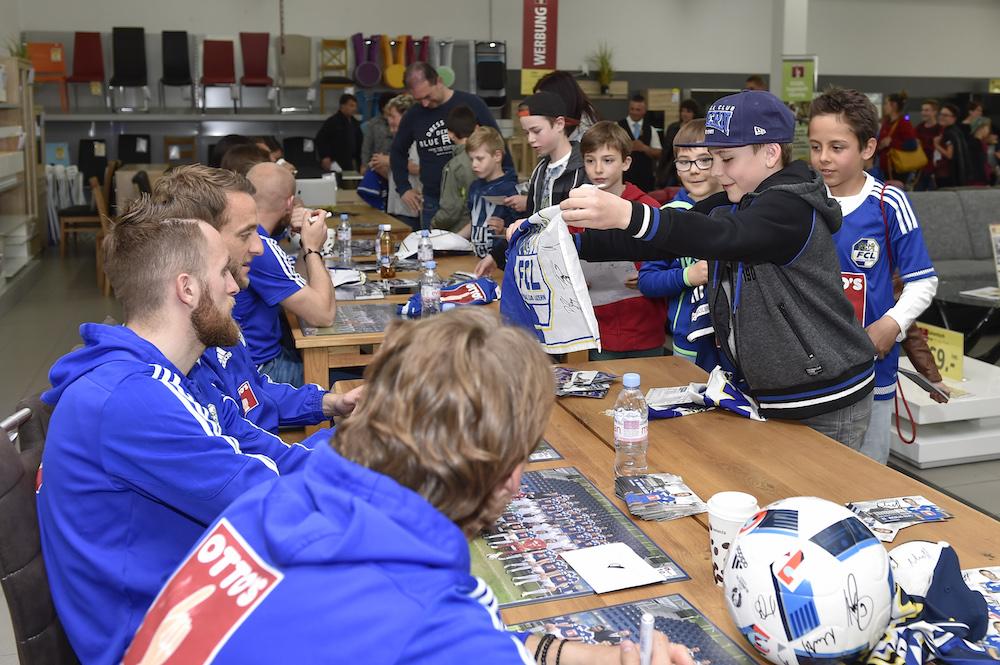 Autogrammstunde von FCL-Spielern in der Littauer Filiale von Hauptsponsor Otto's.