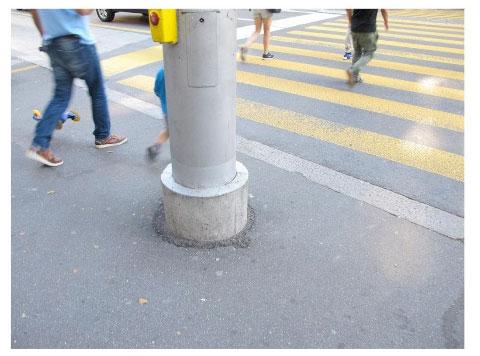 Der Mast mitten im Wartebereich bei der Pilatusstrasse wird bemängelt.  (Bild: Umverkehr)