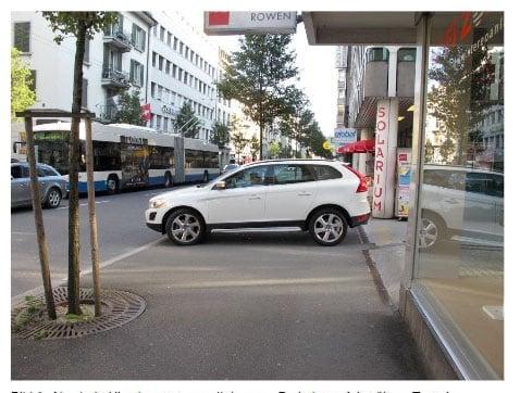 Parkplatzzufahrt übers Trottoir bei der Hirschmattstrasse.  (Bild: Umverkehr)