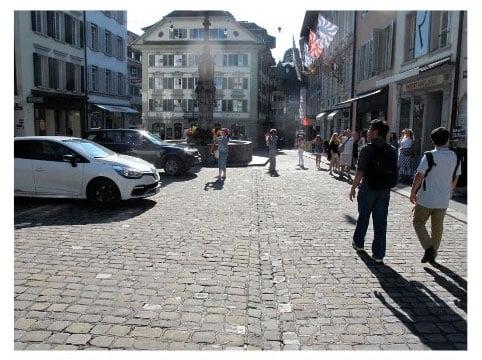 Weinmarkt: Autos auf einem «theoretisch schönen Altstadtplatz», besagt die Studie.  (Bild: Umverkehr)