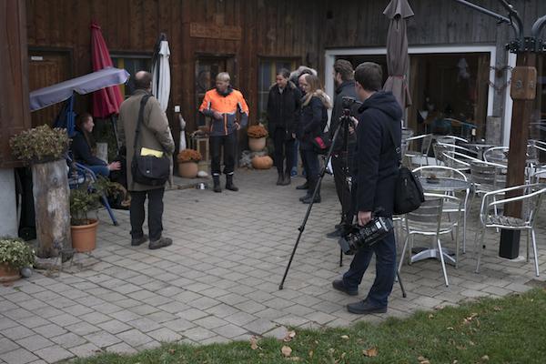 Hat alle Hände voll zu tun mit dem ungewohnten Besuch: Bauer Fritz (Bildmitte mit orangem Übergewand) inmitten der Journalisten. (Bild: zvg/Miss Earth Schweiz GmbH)
