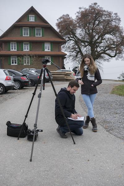 Kandidatin Ariana gibt Interviews auf dem Bauernhof. Anschliessend geht es ab in den Stall zum Kühefüttern. (Bild: zvg/Miss Earth Schweiz GmbH)