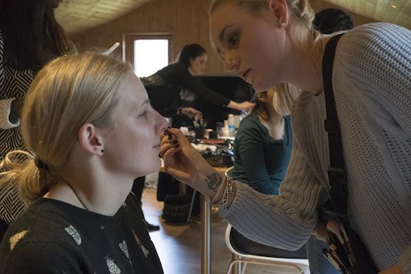 Kandidatin Yoëlle wird geschminkt, bevor sie zum Dreh geht. (Bild: zvg/Miss Earth Schweiz GmbH)