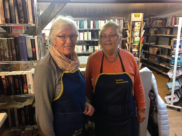 Annelies Bächter und ihre Kollegin Andrea Brandenberg in der Bücherabteilung des Zuger Brockis. (Bild: zentralplus/bas)