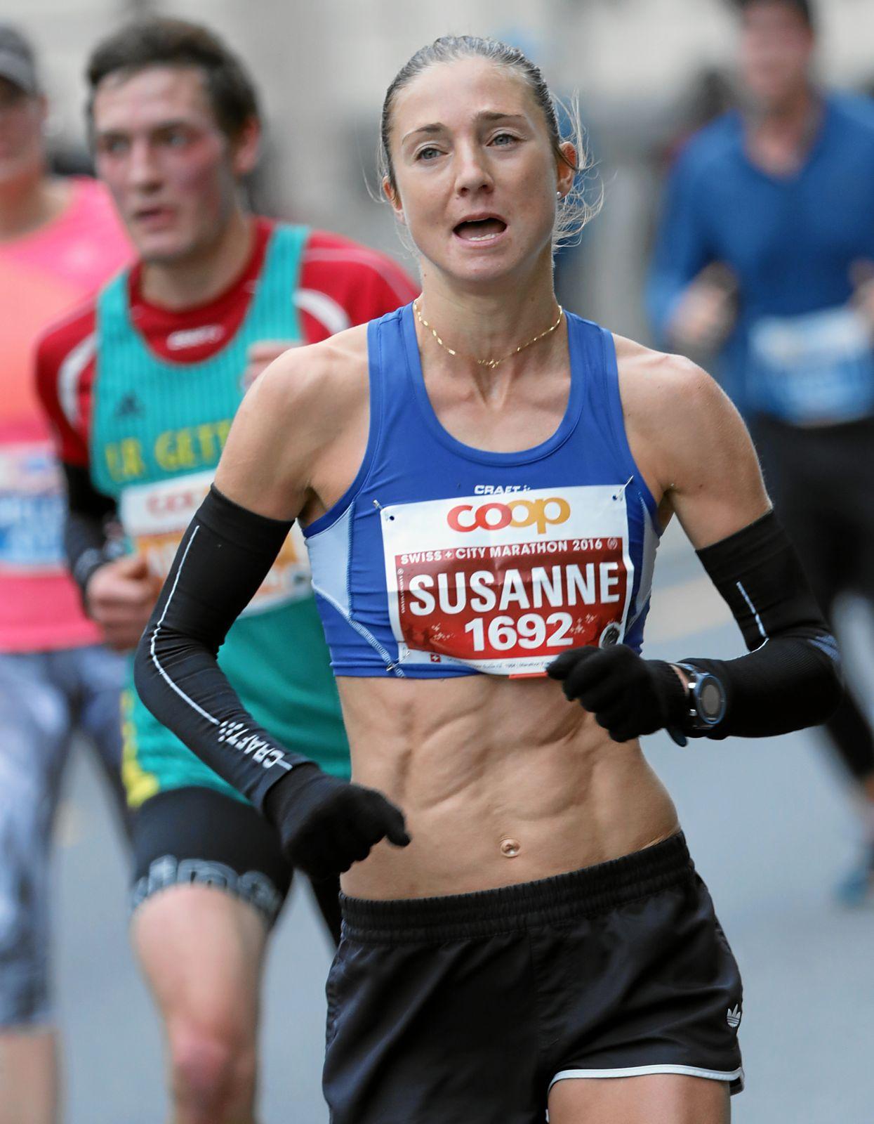 Susanne Rüegger auf dem Weg zum Sieg am 10. Swiss City Marathon in Luzern. «Von solchen Sixpacks können viele Männer nur träumen», schrieb der Fotograf in der Bildunterschrift.