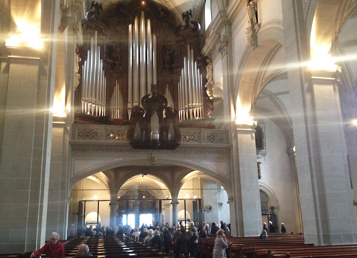 Festlich, laut und pompös ging's in der Hofkirche zu und her.