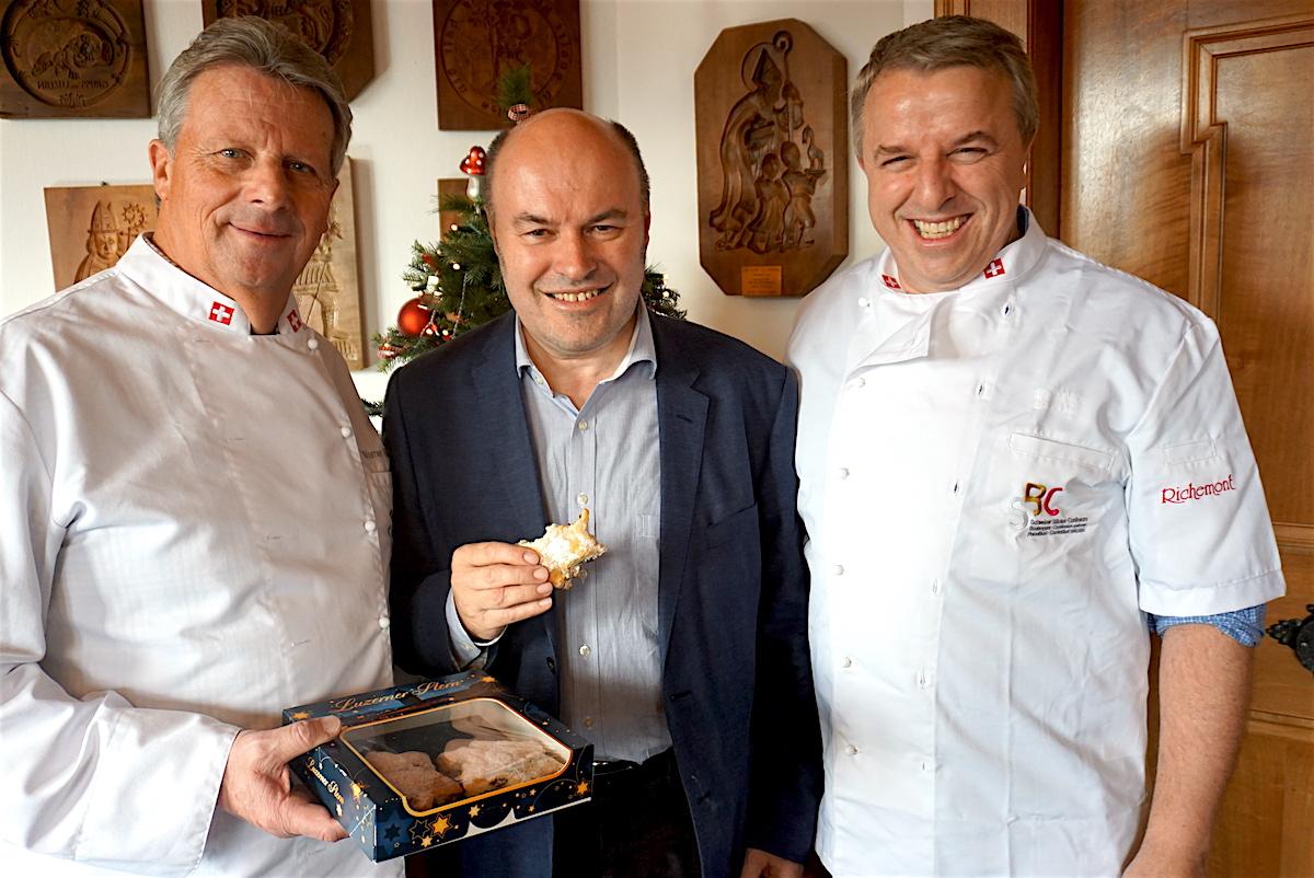 Werner Hürlimann, Albert Schwarzenbach und Josef Kreyenbühl mit dem neu kreierten Weihnachtsstern.