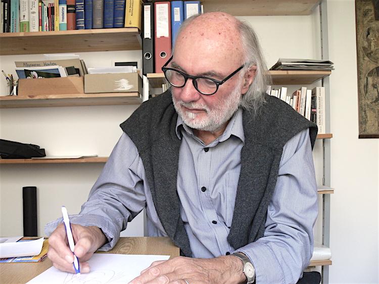Sepp Riedener fertigt ein Porträt von sich an.