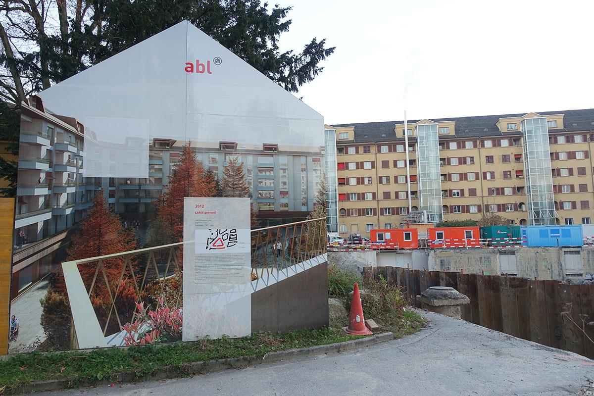 Die Tafeln rund um die Baustelle ergeben einen begehbaren Zeitstrahl. Diese hier markiert 2012, als das jetzige Projekt gewann. (Bild: jwy)