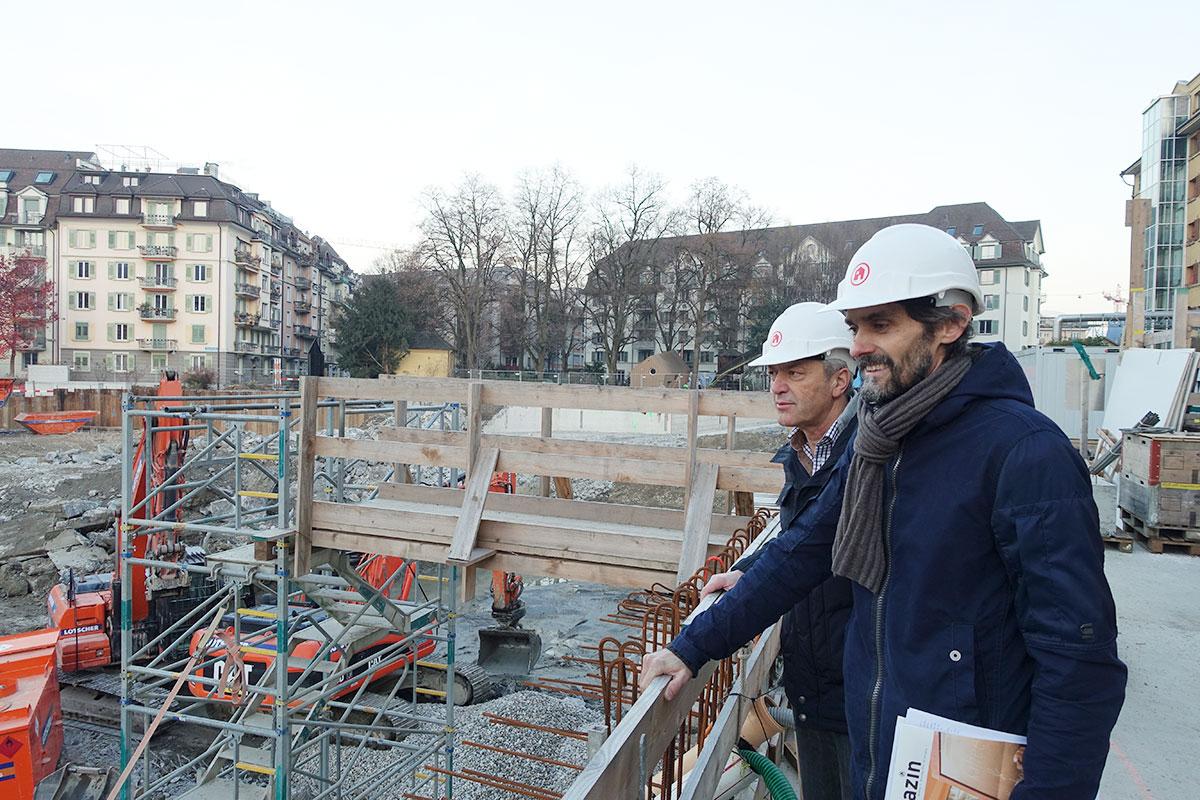 Bauleiter Franz Studer (hinten) und Benno Zgraggen von der ABL auf der Baustelle.  (Bild: jwy)