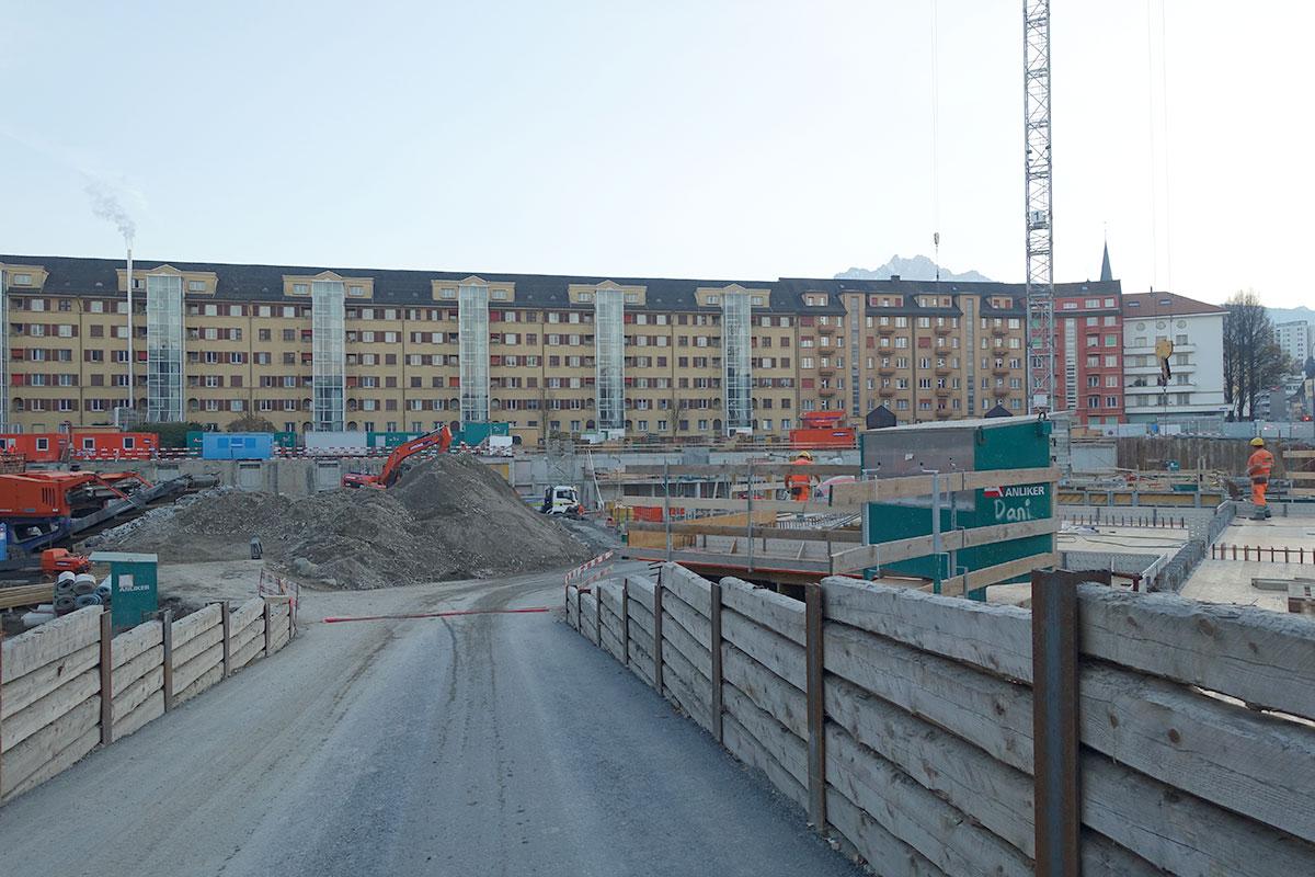 Die Häuserzeile im Hintergrund kommt dran, wenn das Hauptgebäude hier steht. (Bild: jwy)
