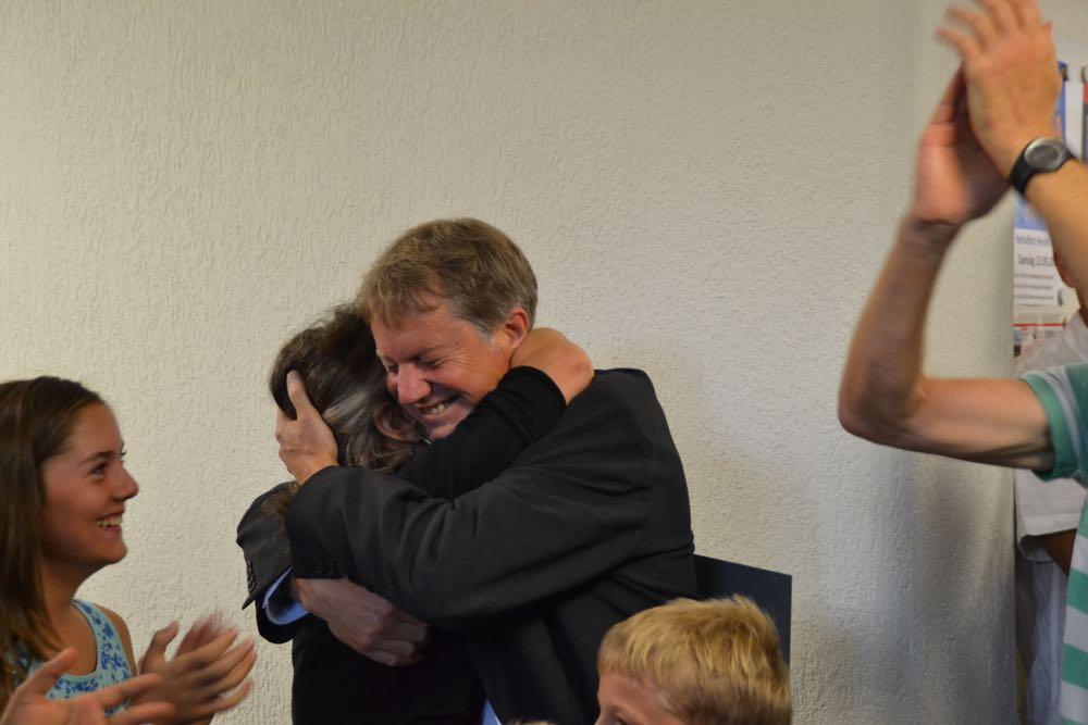 Cyrill Wiget herzt nach Bekanntgabe seiner Wahl als Gemeindepräsident seine Frau.
