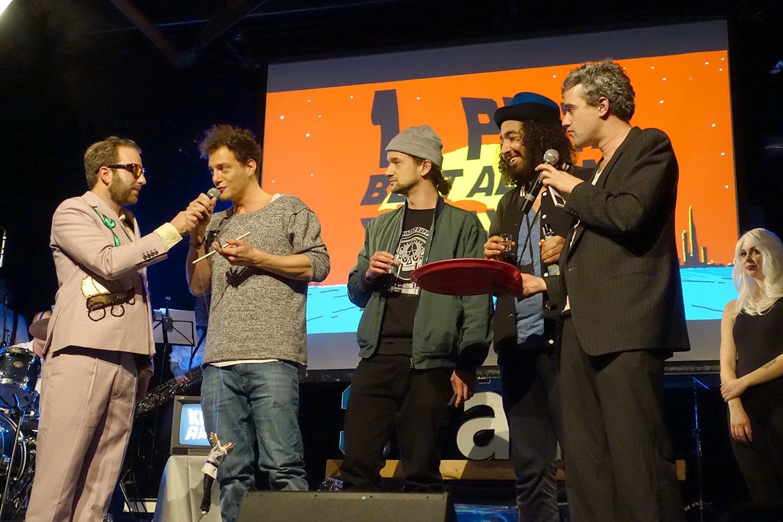 Das Trio Moskito nimmt den Preis für das beste Album entgegen.