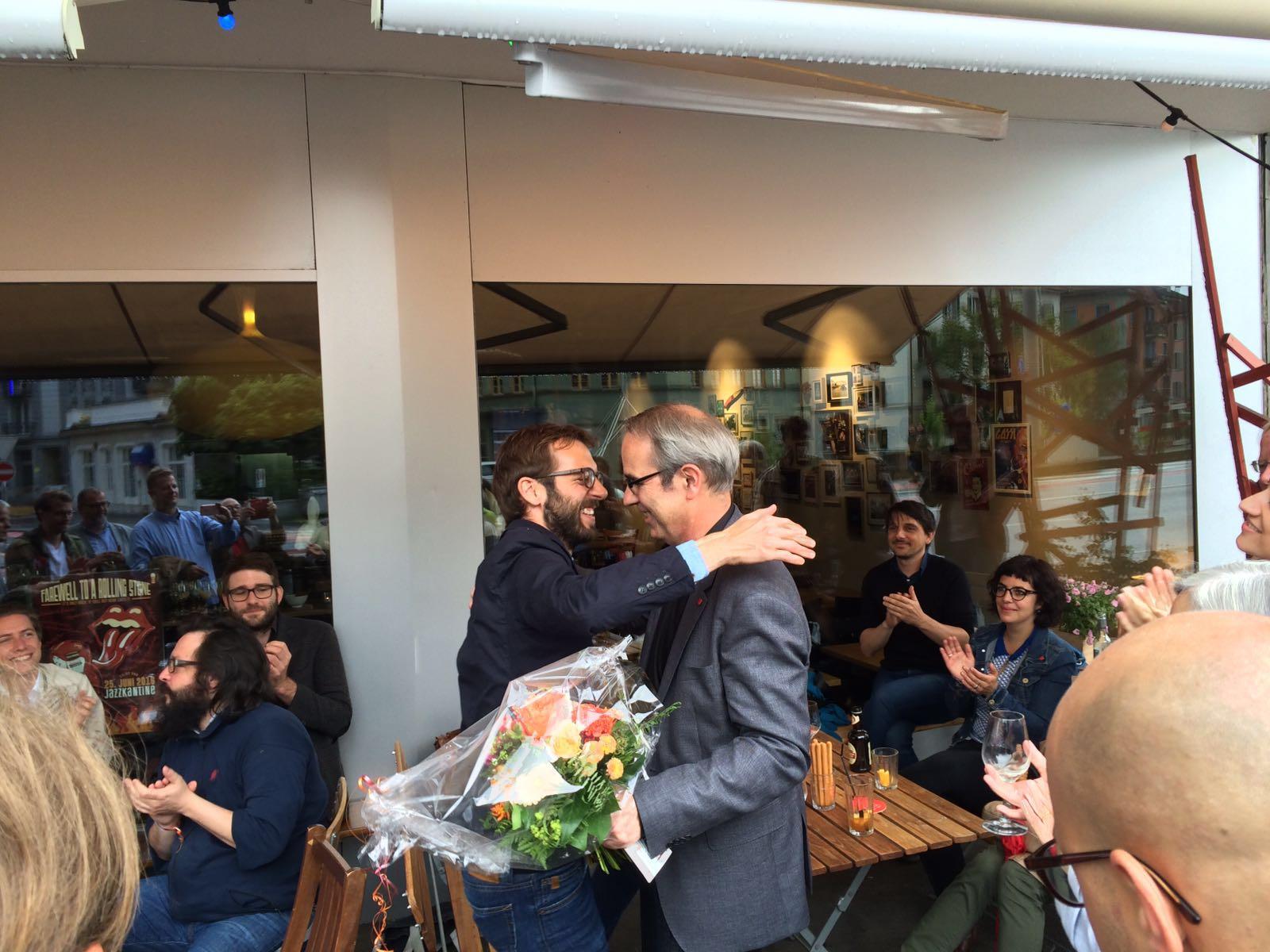 Die SP feiert in der Kulturbeiz «Meyer» am Bundesplatz. Parteipräsident Claudio Soldati gratuliert dem neuen Stadtpräsidenten Beat Züsli (Bild: Jakob Ineichen).