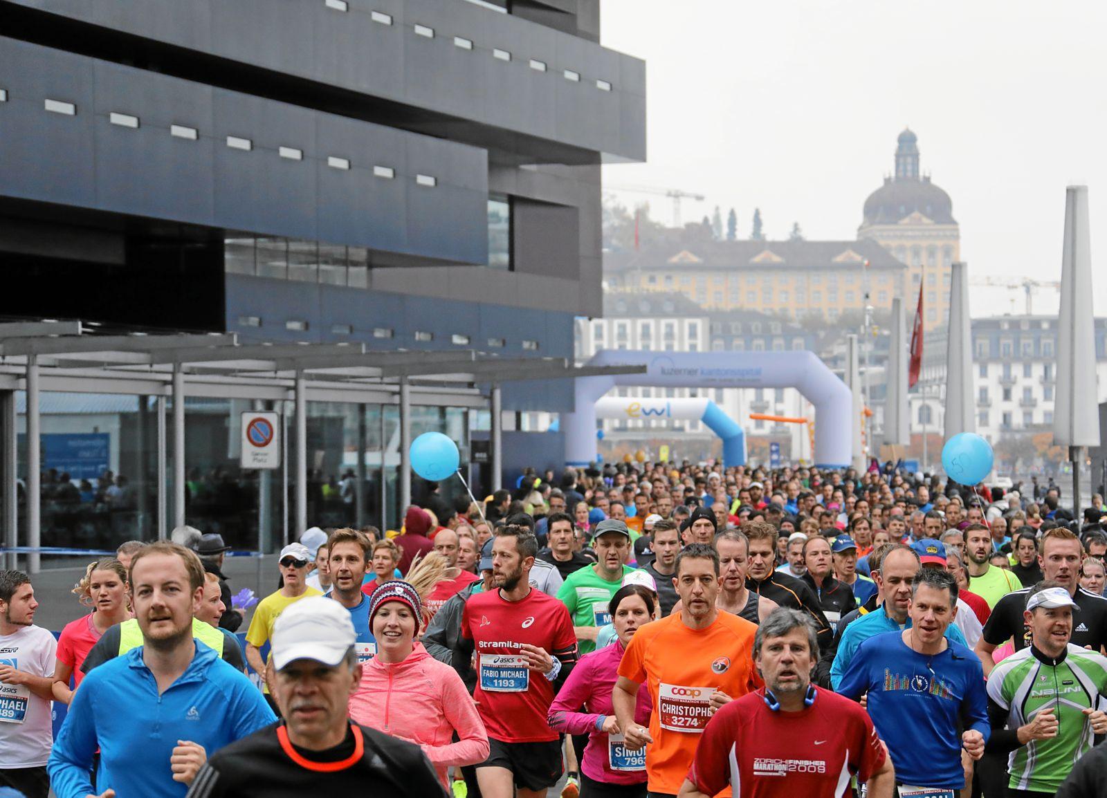 Sport trifft auf Kultur: Die Marathonstrecke führte die Läuferinnen und Läufer am KKL vorbei und sogar mitten durch den Luzerner Saal im KKL.