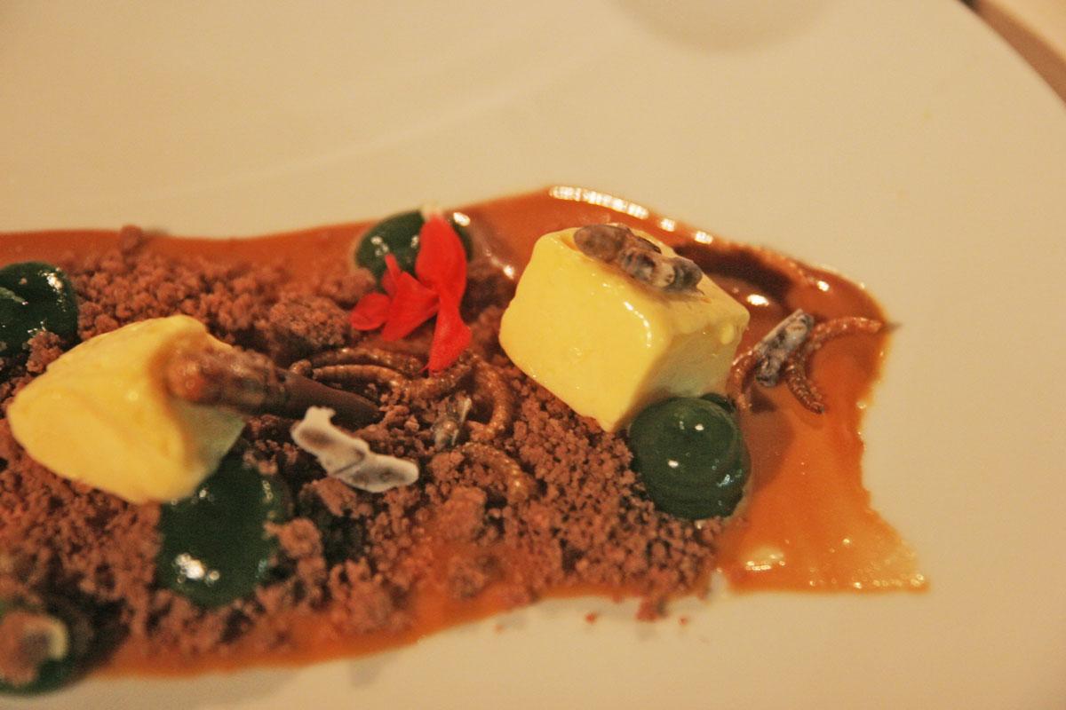 Auch im Dessert: viel Karamell und Insekten.