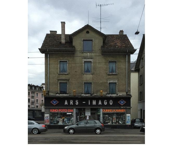 Ort mit Kultcharakter: Das Fotogeschäft Ernst bei der Kalkbreite in Zürich. Das Zuger Fotogeschäft Ars Imago hat auf seiner Webseite eine originelle Fotomontage mit seinem Namen aufgeschaltet. Das Lokal ist inzwischen modernisiert und am 29. November wieder eröffnet worden.
