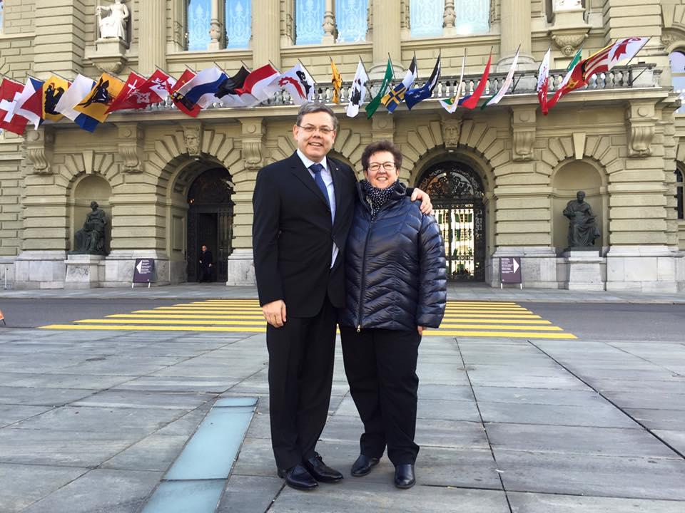Franz Grüter und seine Frau Lucia vor dem Bundeshaus.