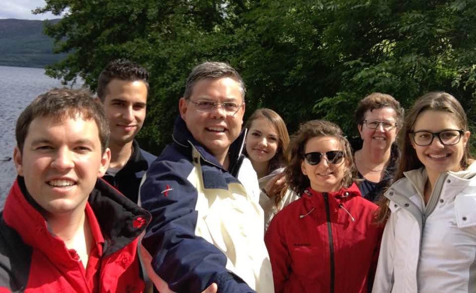 Franz Grüter und seine Familie in Schottland. Sohn Marco (ganz links), Michelle (Bildmitte, hinten) und Jasmin (ganz rechts)