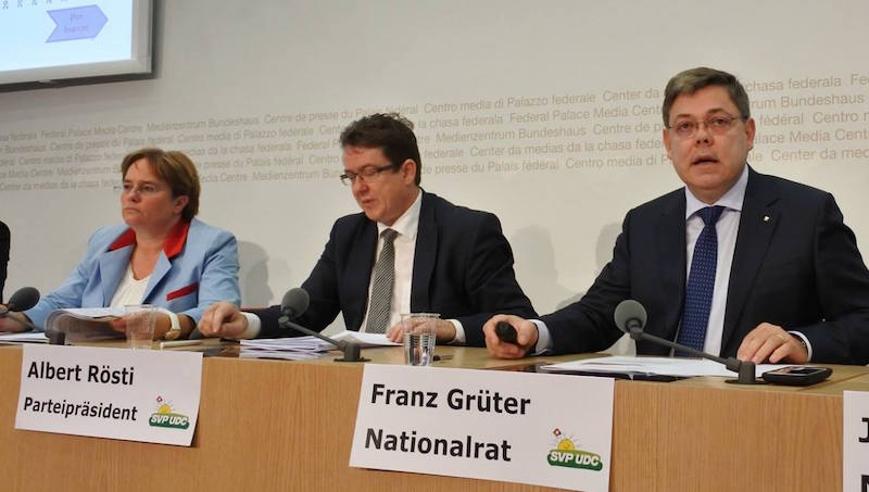Franz Grüter stellt an der Pressekonferenz das neue SVP-Wirtschaftspapier vor. Ganz links Nationalrätin Magdalena Martullo-Blocher, in der Mitte SVP-Präsident Albert Rösti.