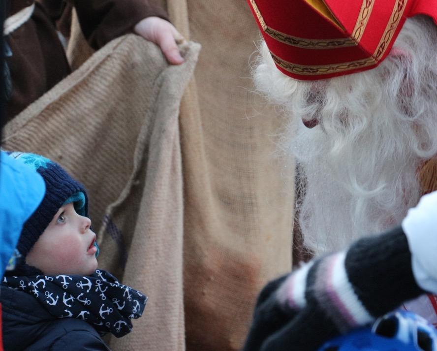 Sami Nigginäggi! Ein furchtloses Kind tritt dem Samichlaus entgegen.