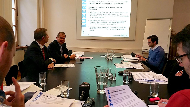 Marcel Schwerzmann (links) und Philipp Stadelmann (Abteilungsleiter Controllingdienste) informieren die Medien.