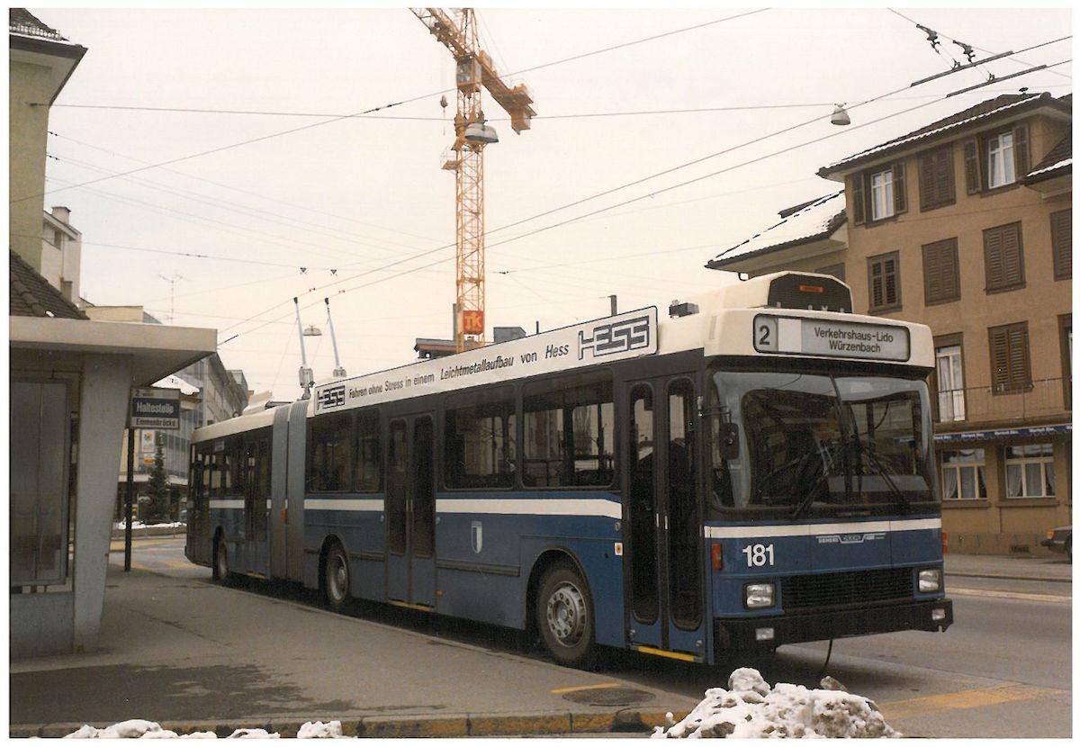 Der erste NAW-Trolleybus an der damaligen Endstation Emmenbrücke Central Ende Februar 1988. (Bild: Archiv Paul Schneeberger)