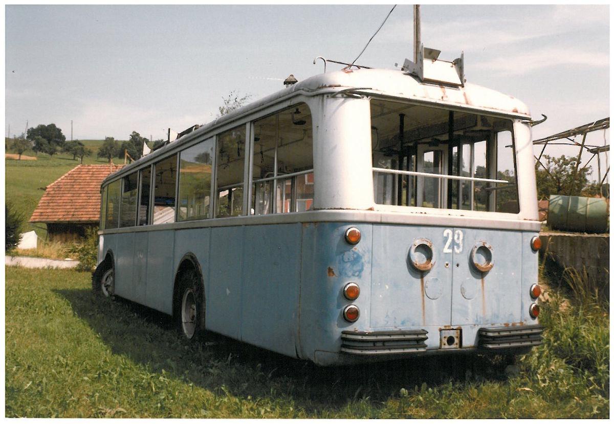 Ein ehemaliger VBL-Trolleybus aus den 1950er Jahren als Schuppen auf einem Bauernhof in Geiss im Juli 1986. (Bild: Archiv Paul Schneeberger)