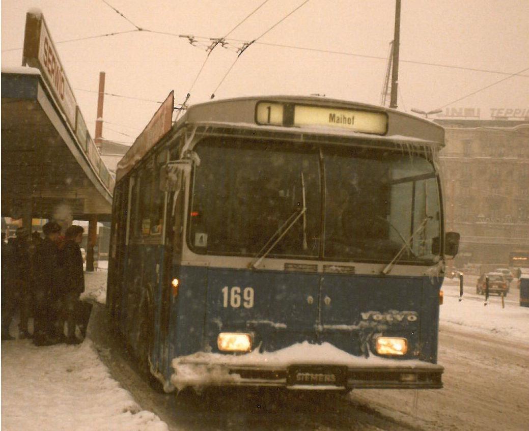 Ein Volvo-Gelenktrolleybus im Schneetreiben am Busperron 2 am Bahnhof Luzern im Februar 1986. (Bild: Archiv Paul Schneeberger)