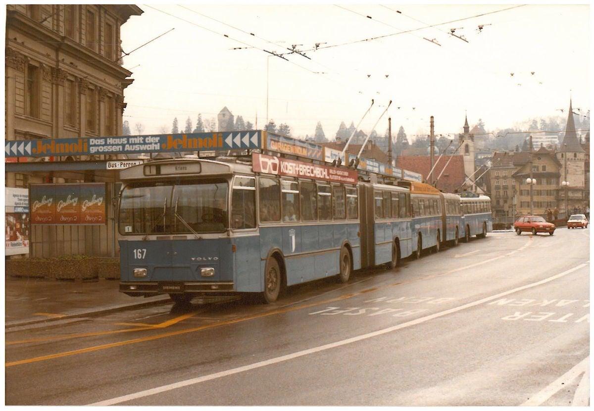 Alle drei damaligen Trolleybustypen der VBL (Volvo, Büssing, Schindler) aufgereiht am Busperron 1 am Bahnhof an einem Sonntagmorgen im Dezember 1984. (Bild: Archiv Paul Schneeberger)