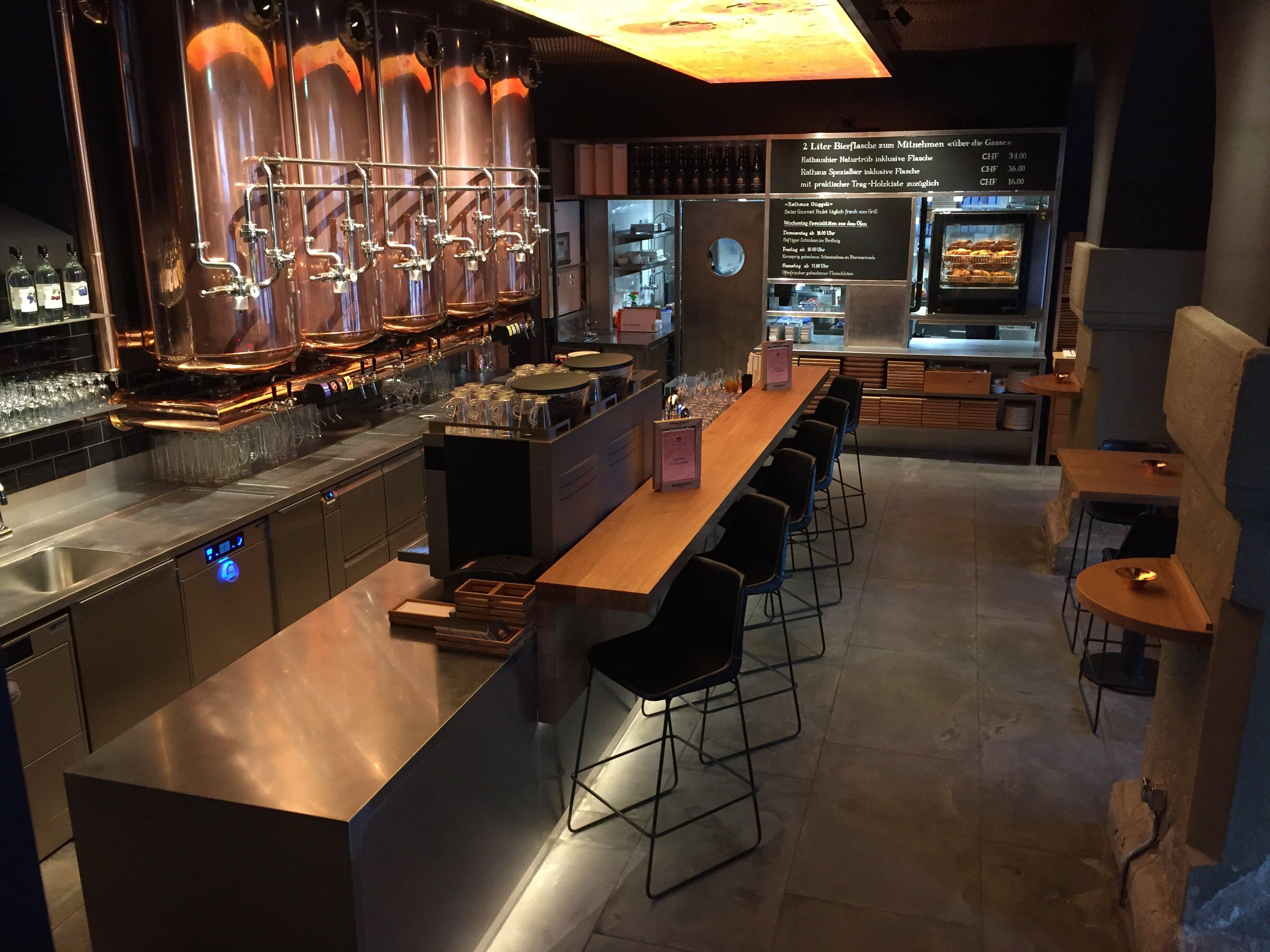 Die Bar mit den fünf massiven Biertanks und dem Deckengemälde von Irene Naef.