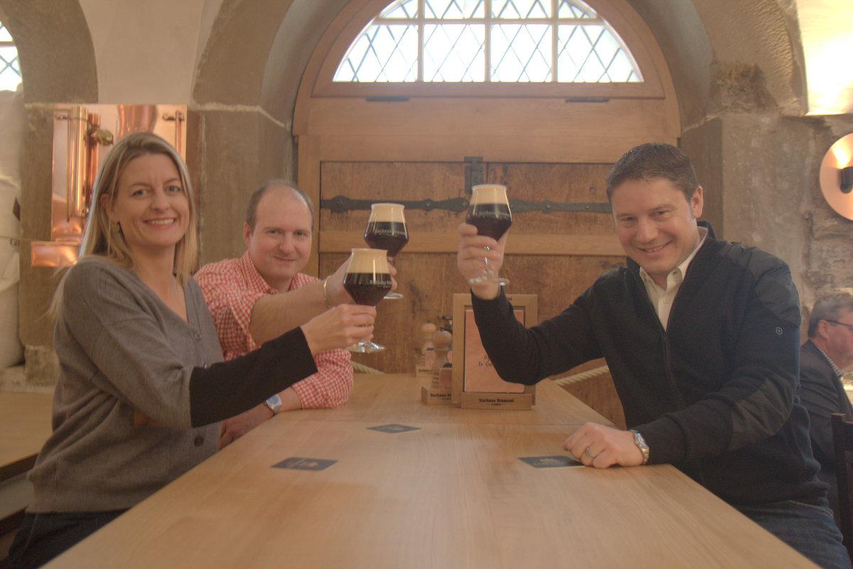 Sie geben neu den Ton an in der Rathaus Brauerei: Alois Keiser (rechts), Geschäftsführer Rathaus Brauerei, Julia Schwöbel,Verwaltungsratspräsidentin Gambrinus Gastronomie AG und Reinhard Knispel, Braumeister Rathaus Brauerei.